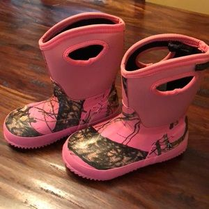 Little girls pink camo hunting boots. Waterproof